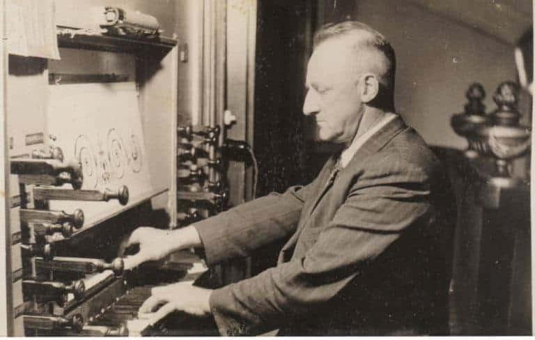 Vader Henk van den Hooven achter het orgel